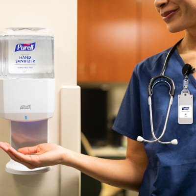 Nurse using PURELL SMARTLINK Integrated Monitoring Solution